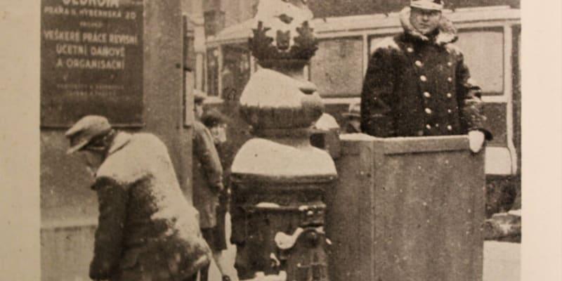 Pražšký strážník v zimě roku 1929.