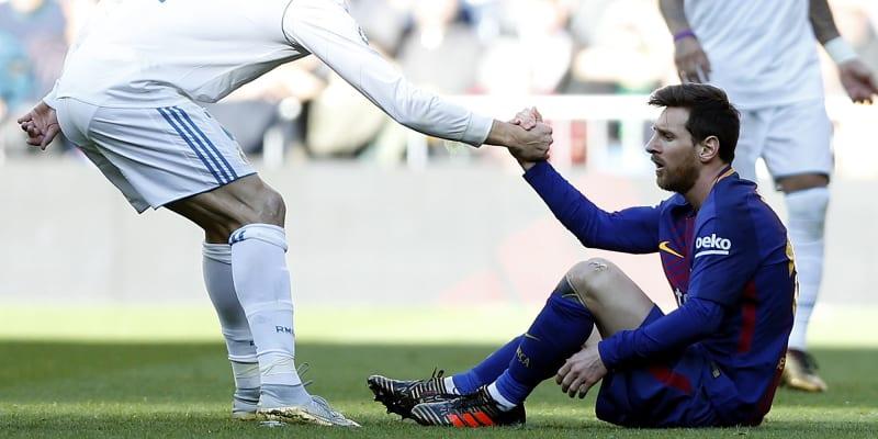 Cristiano Ronaldo (vlevo) pomáhá vstát Lionelu Messimu při zápase španělské ligy FC Barcelona – Real Madrid.