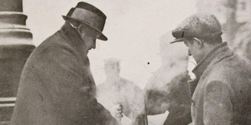 Pražští pouliční prodavači v zimě roku 1929.