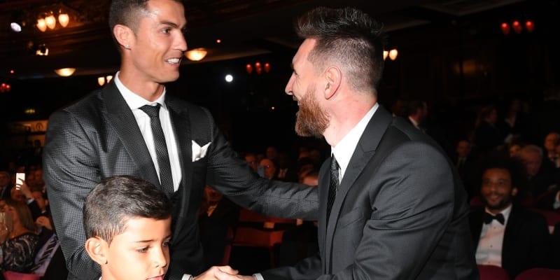 Cristiano Ronaldo se zdraví s Lionelem Messim při vyhlášení ankety Zlatý míč. V popředí syn Cristiano Ronaldo junior.