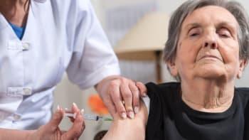 Senioři čekali na rezervaci očkování marně. Hejtmani: Nemáme vakcíny, je to frustrující