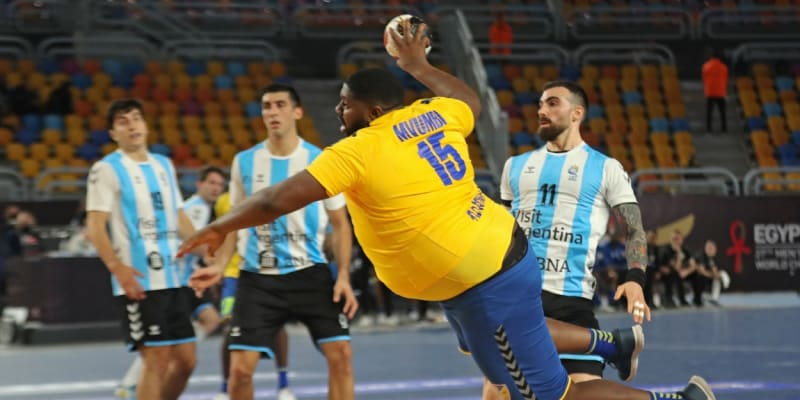 Gauthier Mvumbi stříli branku týmu Argentiny v úvodním utkání mistrovství světa v házené.