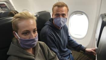 Navalnyj se vrací do Ruska. Policie před jeho příletem zadržela několik osob
