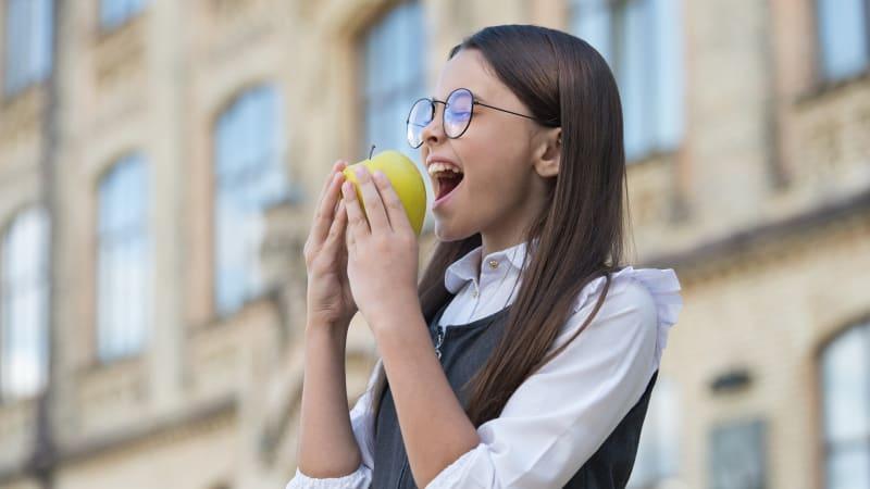 Češi v roce 2020 nakupovali více ovoce než zeleniny. Oblíbená byla hlavně jablka