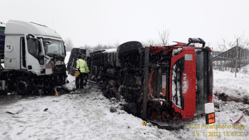 Další kolaps na D5. Po nehodě kamionů je neprůjezdná směrem do Německa