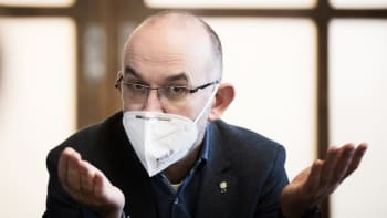Povinné respirátory místo roušek. Vláda uvažuje o změně kvůli britské mutaci