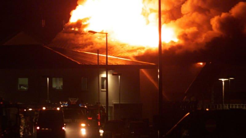 Migranti zapálili zadržovací tábor u Paříže. Chtěli tím oddálit vyhoštění ze země