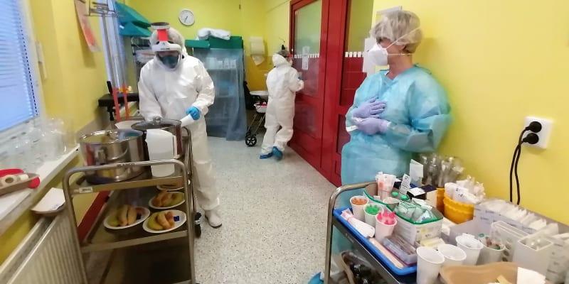 Ranní akce na covid klinice, rozvoz léků a snídaní