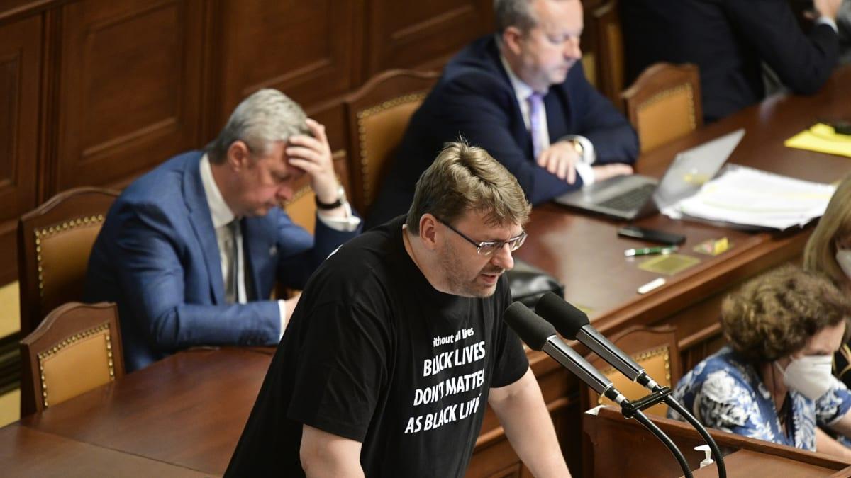 Fanoušek Putina a obchodník s chudobou. Kdo je bitkař ze Sněmovny Lubomír Volný