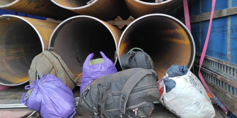 Migranti se schovávali v kamionu, který převážel roury.