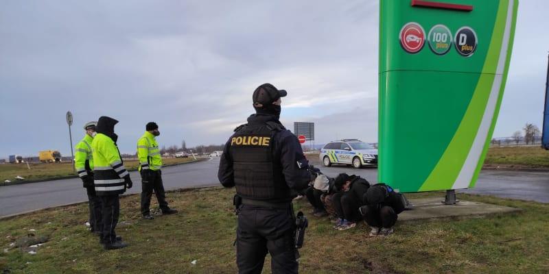 V pátek dopoledne policie odhalila migranty, kteří se schovávali v kamionu.