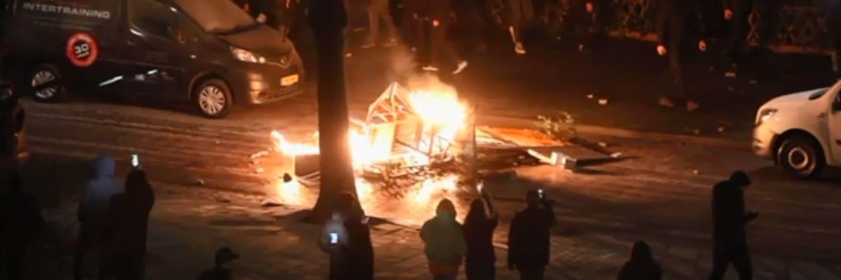 Násilné protesty v Nizozemsku pokračují. Je to jako občanská válka, hřímá premiér