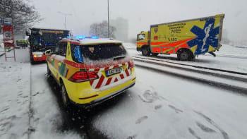 V Praze se srazily dva autobusy, sedm zraněných. Na místě zasahuje Atego