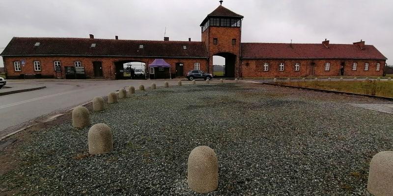 Koncentrační tábor Osvětim-Březinka, 25. ledna 2021. Vstupní brána, toho času pro turisty uzavřená