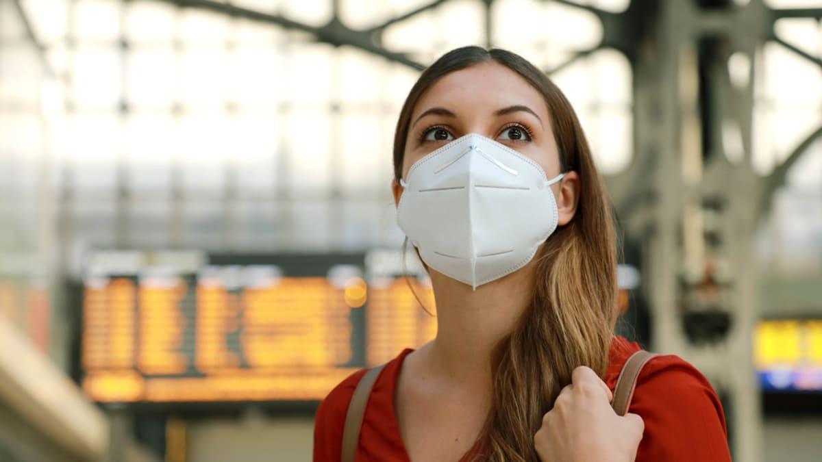 KOMENTÁŘ: Nahraďme respirátory opět rouškami. Cestování bez klimatizace je utrpení