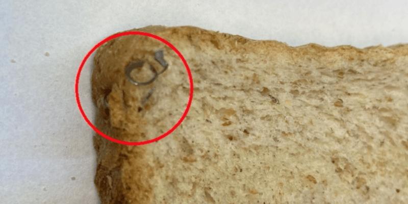Toustový chléb z Polska obsahuje kovové střepy.