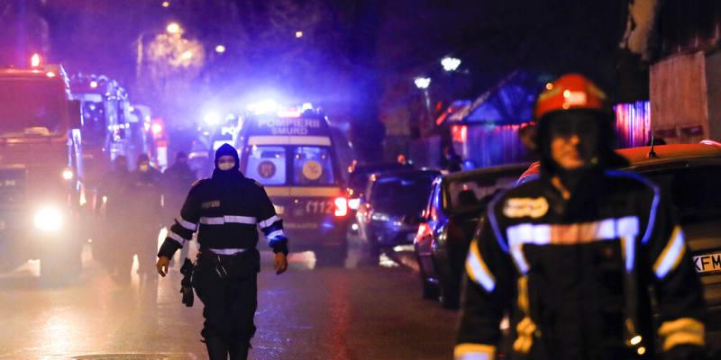 Hasiči během zásahu proti požáru rumunské nemocnice