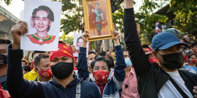Demonstrace v Thajsku na podporu lídryně Myanmaru Su Ťij a její administrativy.
