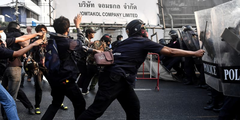Příznivci Su Ťij v Thajsku se dostali do střetu i s místní policií.
