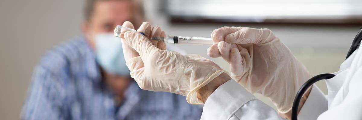 Masivní očkování praktickými lékaři jen tak nezačne. Chybějí vakcíny i plán