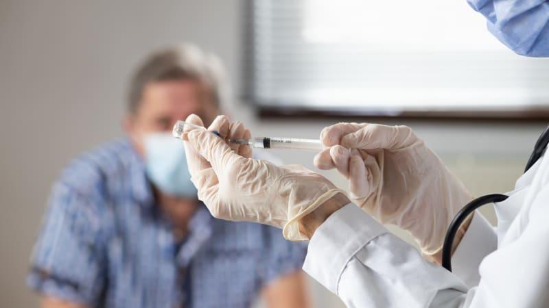 Praktičtí lékaři: Pokud se chcete nechat očkovat u svého lékaře, hlaste se přímo u něj