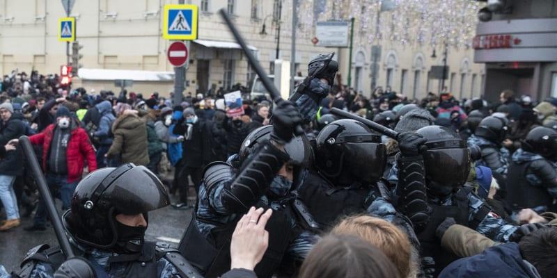 Lidé v úterý vyrazili do moskevských ulic, aby vyjádřili nesouhlas s odsouzením Alexeje Navalného.