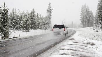Sníh v Česku komplikuje dopravu. Oteplení přijde nejdříve o víkendu