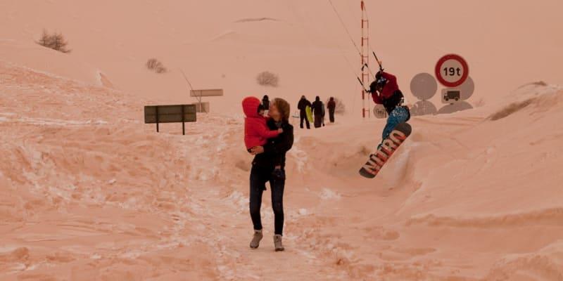 První fotografie oranžového sněhu se objevily už v sobotu například ve švýcarských Alpách.