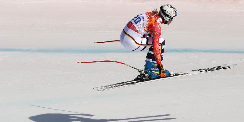 Maria Höflová-Rieschová skáče při závodě ve sjezdu na olympiádě v Soči.