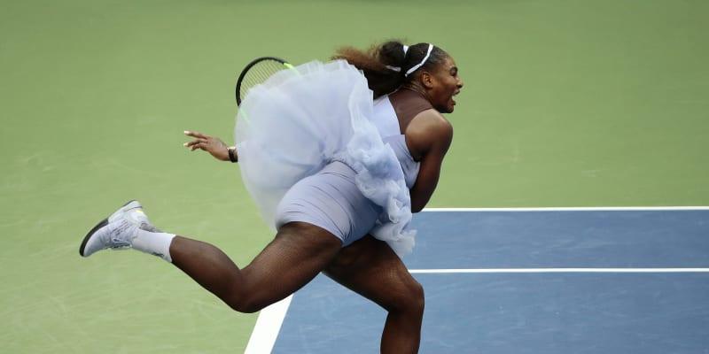 """K nepřehlédnutí byla Williamsová rovněž na domácím US Open v roce 2018, pro které jí nechala firma Nike vyrobit úbor s """"baletní sukní""""."""