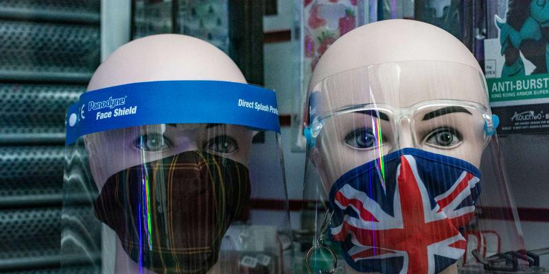 Velká Británie od pondělí opět zpřísňuje proticovidová opatření.