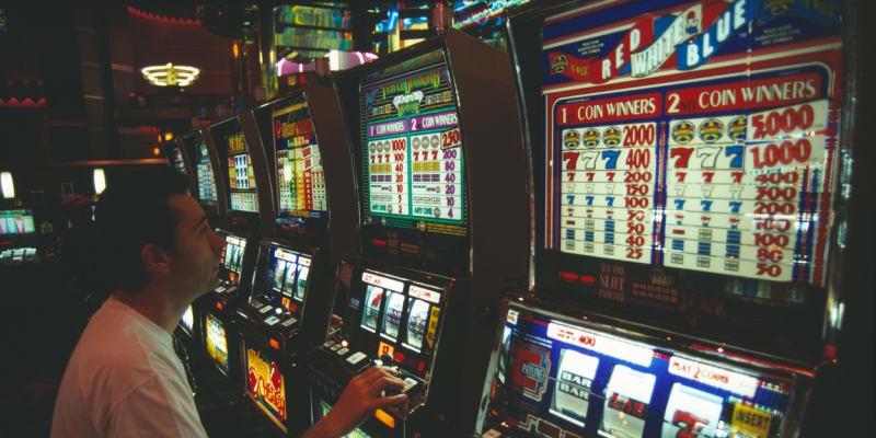 Hazardní hraní má negativní společenské dopady, zároveň je ale zdrojem příjmů pro samosprávy.