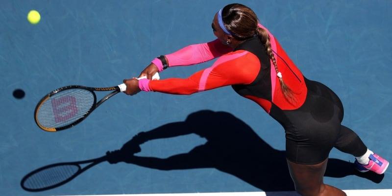Serena Williamsová často na sebe poutá pozornost nejen tenisem, ale také velmi specifickým oblečením. V tomto oděvu hraje na probíhajícím Australian Open.