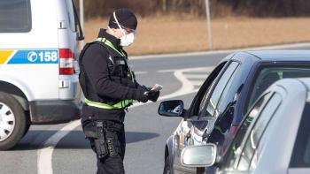 Hranice okresů budou hlídat tisíce policistů. Mají být na všech hlavních tazích