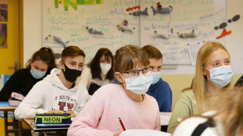 Všichni žáci by se do škol mohli vrátit v květnu, studenti koncem dubna, věří Plaga