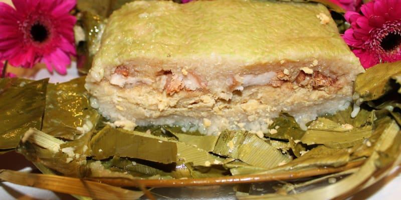 Tradiční novoroční vietnemské jídlo  Bánh chưng, toto bylo uvařeno v Ostravě, daleko od Vietnamu
