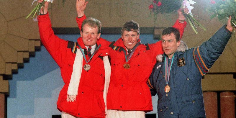 Zleva Peter Müller, Pirmin Zurbriggen a Franck Piccard pózují na olympiádě v Calgary v roce 1988.