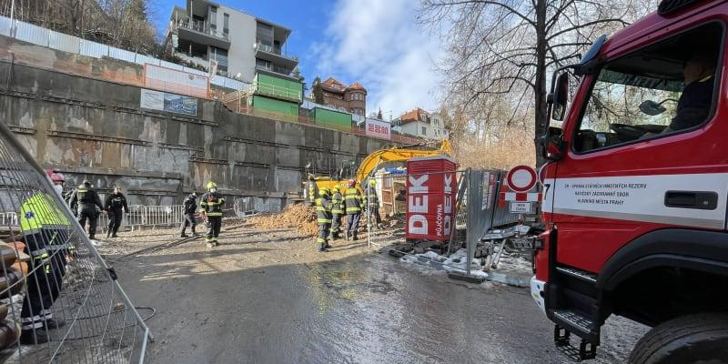 Do ulice Erbenova v Praze dorazilo několik jednotek hasičů včetně USAR týmu.