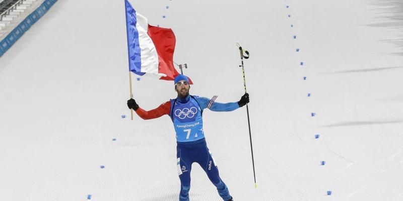 Martin Fourcade se raduje v cíli coby finišman v závodu smíšených štafet na olympiádě 2018 v Koreji.
