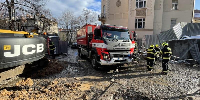 Ve středu odpoledne dostaly záchranné jednotky informaci, že je na stavbě ve výkopu zasypaný dělník.