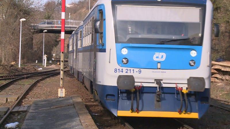Záhadná smrt průvodčího na Břeclavsku: Vypadl z vlaku. Případem se zabývá policie