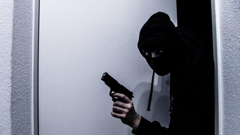 Hrdinná pokladní: Agresivní lupič na ni mířil pistolí, přesto mu peníze nedala