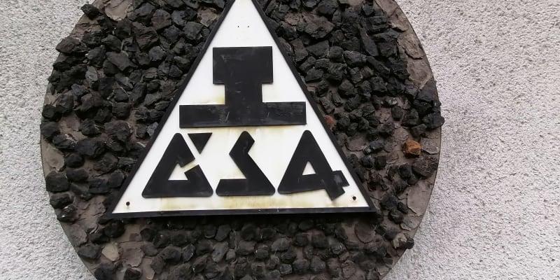 Uhlí z Dolu ČSA už se zachová jen v této uhelné mozaice, dokud nebudou zbořeny koupelny dolu, na kterých mozaika visí.