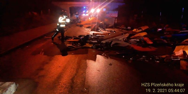 Nehoda omezila silniční i železniční dopravu.