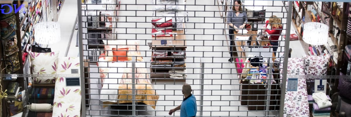 Zavřené hospody i kina. Co by platilo, kdyby se vláda řídila covidovými balíčky z jara?