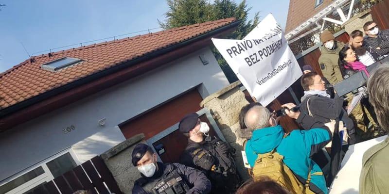 Demonstranti protestují před domem ministra Hamáčka