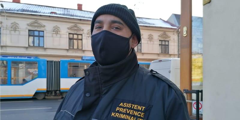 Romský asistent prevence kriminality v Ostravě-Přívoze říká, že v chudé čtvrti lidé nemají na respirátory peníze.