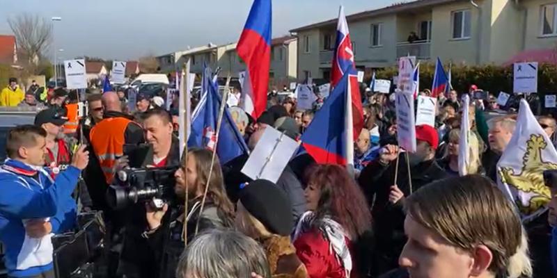 Demonstranti před domem ministra Hamáčka