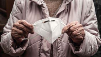 Jak se starat o respirátor? Na sterilizaci v troubě a mrazáku se odborníci neshodnou