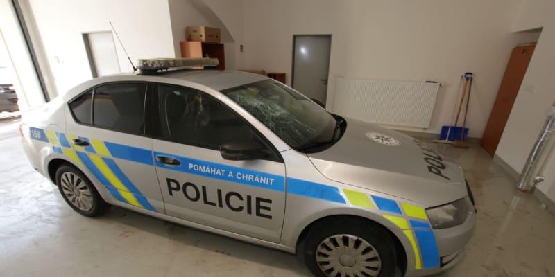 Agresor rozbil policejní auto.